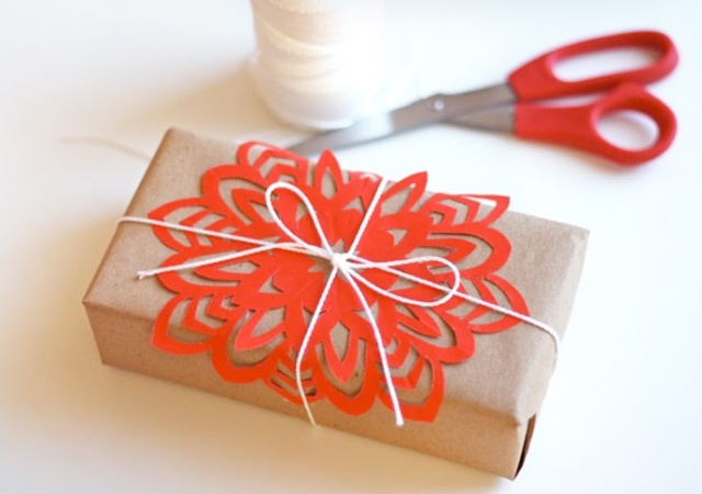 thehappyhomeblogcutting-paper-snowflakes